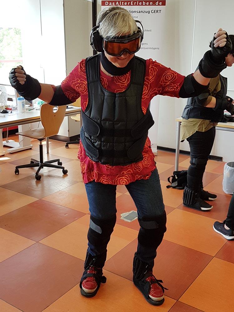 RWB Essen - Projekttag in der Berufsfachschule Gesundheit - Alterssimulation - Auch die Lehrerin durfte den Altersanzug mal ausprobieren.