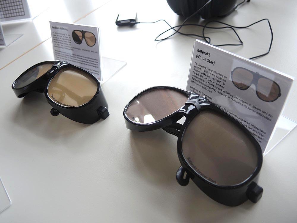 RWB Essen - Projekttag in der Berufsfachschule Gesundheit - Alterssimulation - Diese Brillen simulieren verschiedene Augenerkrankungen.
