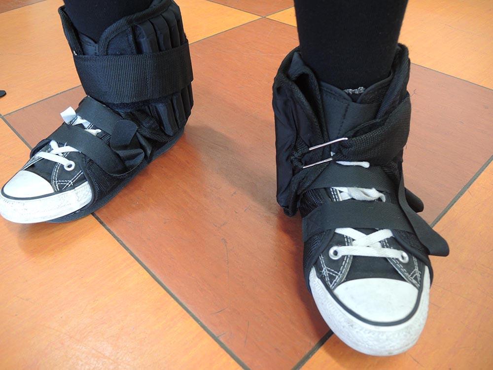 """RWB Essen - Projekttag in der Berufsfachschule Gesundheit - Alterssimulation - Die Gewichte an den Füßen machen deutlich, wie """"schwer"""" sich alles anfühlen kann."""