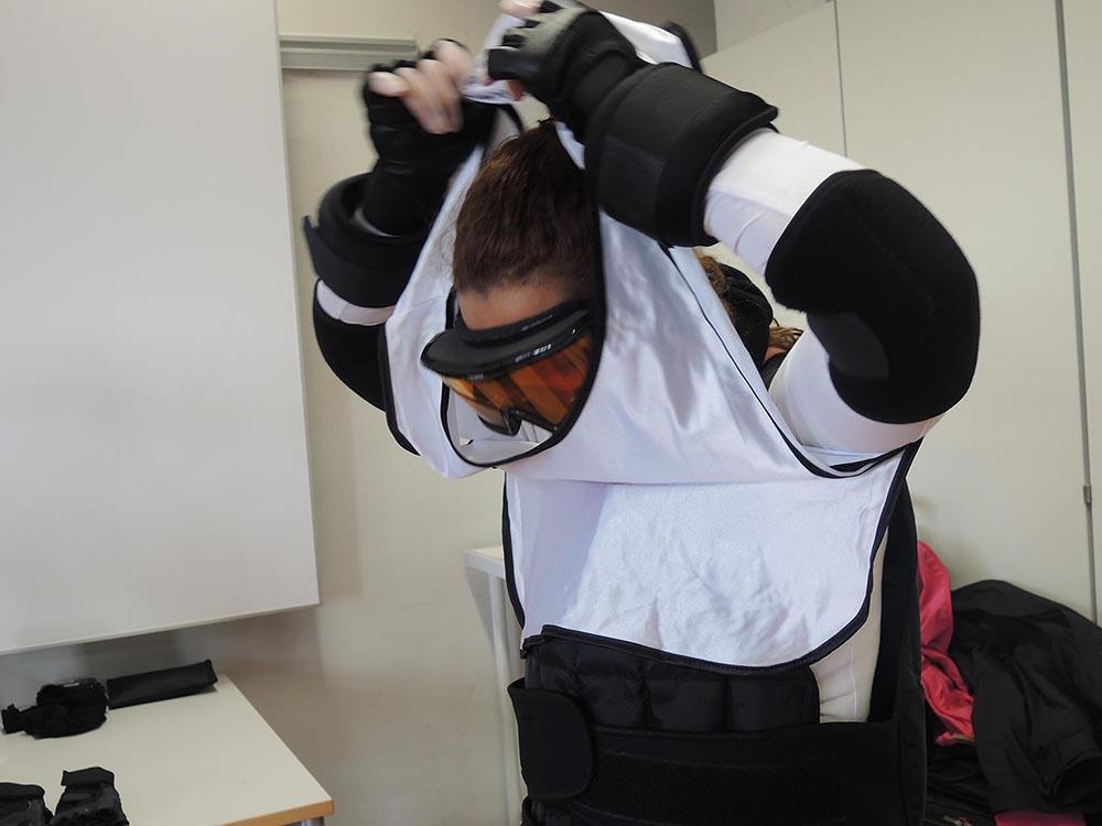 """RWB Essen - Projekttag in der Berufsfachschule Gesundheit - Alterssimulation - Die alltäglichen Dinge wie zum Beispiel """"Das Anziehen eines Pullovers"""" werden zu einer schwierigen Aufgabe."""