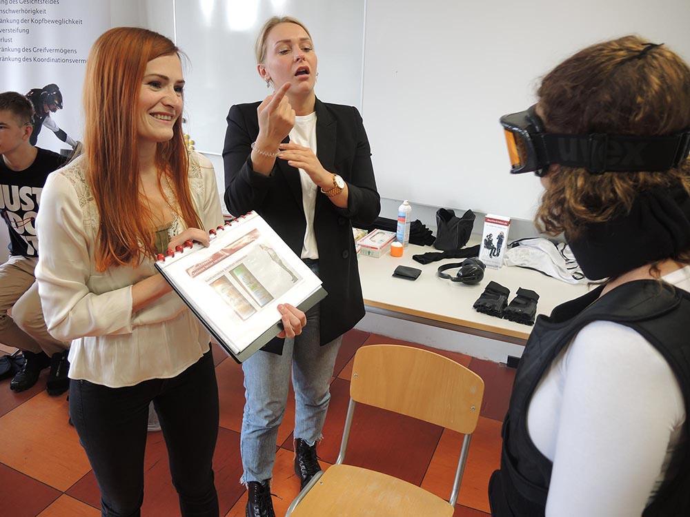 """RWB Essen - Projekttag in der Berufsfachschule Gesundheit - Alterssimulation - Die alltäglichen Dinge wie zum Beispiel """"Das Erkennen von Produktverpackungen"""" werden zu einer schwierigen Aufgabe."""