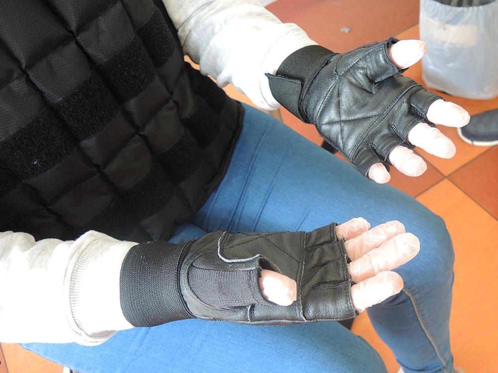 RWB Essen - Projekttag in der Berufsfachschule Gesundheit - Alterssimulation - Die Handschuhe simulieren die mögliche Unbeweglichkeit der Hände im Alter..