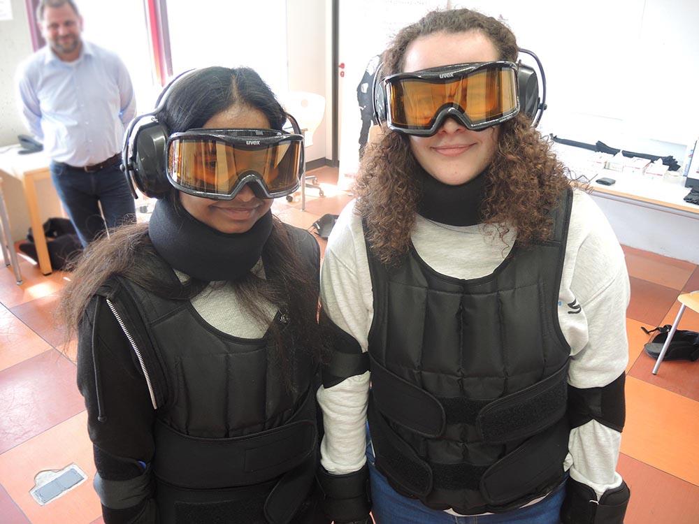 RWB Essen - Projekttag in der Berufsfachschule Gesundheit - Alterssimulation - Schülerinnen im Altersanzug beim Bewegungstest