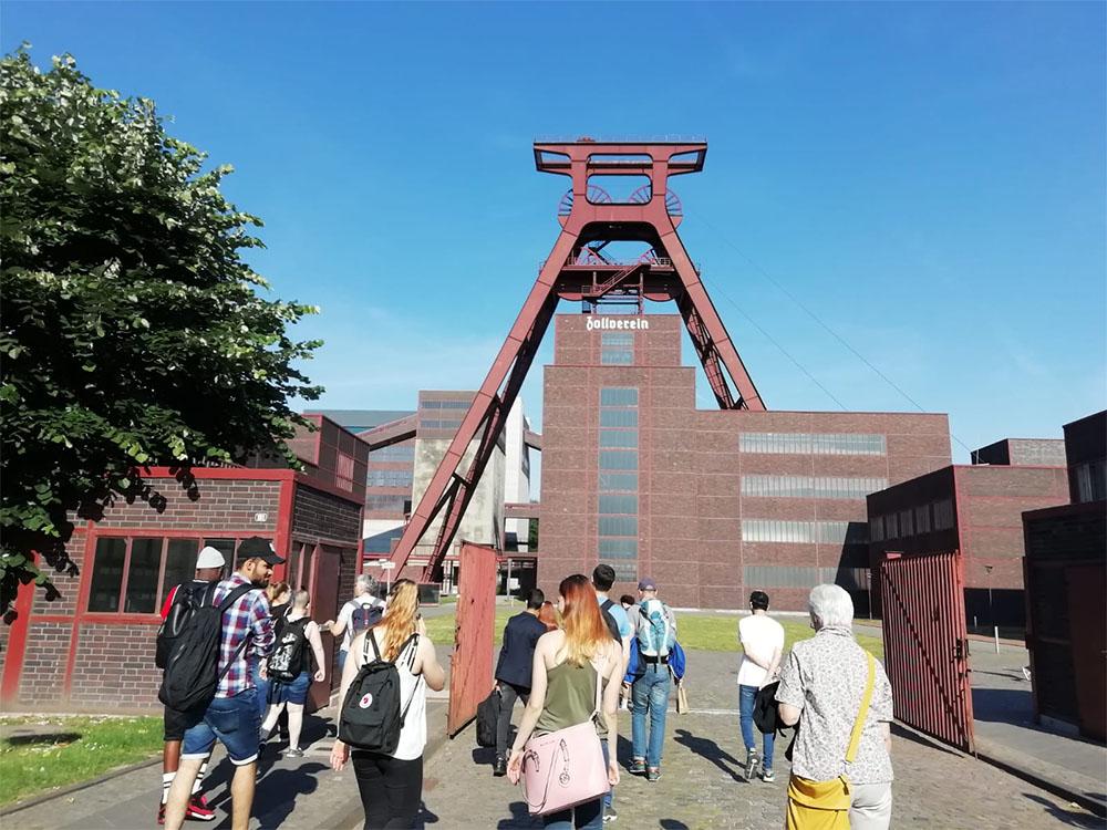 RWB Essen - Besuch der Zeche Zollverein - Alle sammeln sich am Treffpunkt auf dem Gelände.