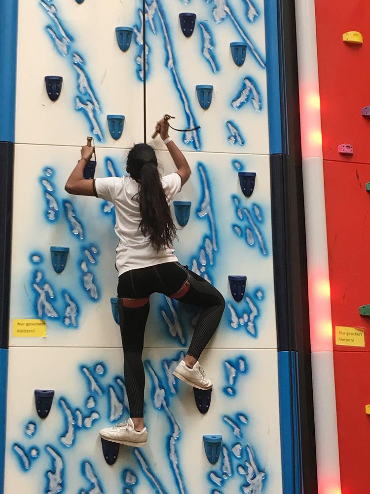 RWB Essen - Besuch der Neoliet Kletterhalle - Die Schülerinnen und Schüler meisterten mit viel Ehrgeiz die verschiedenen Kletterwände.