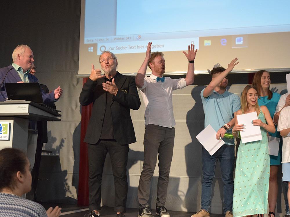 RWB Essen - Abschlussfeier der Berufsfachschule 2019 - Die Absolventinnen und Absolventen der 5B281 freuen sich über ihrer Abschlüsse.
