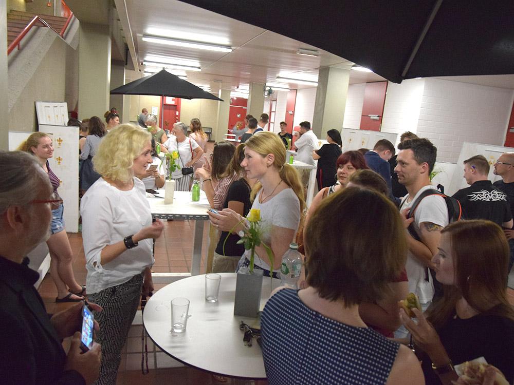 RWB Essen - Abschlussfeier der Berufsfachschule 2019 - Nach der Zeugnisübergabe wird noch bei Getränken und Snacks weitergefeiert.