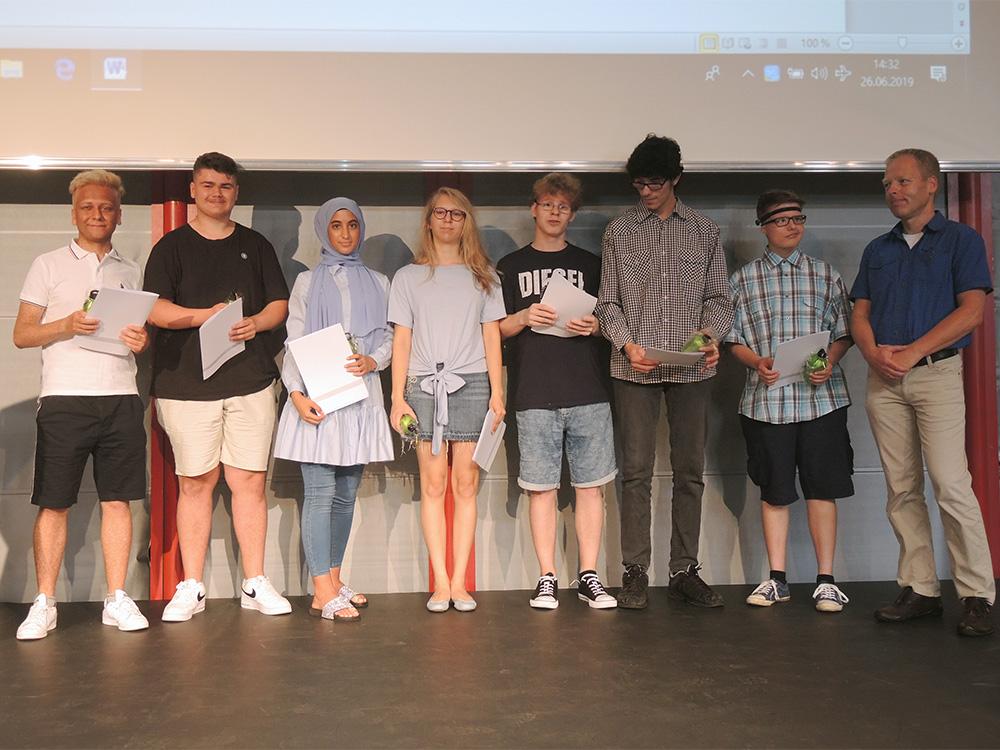 RWB Essen - Abschlussfeier der Berufsfachschule 2019 - Die Absolventinnen und Absolventen der 1B181 Medien/Druck mit ihrem Klassenlehrer Herrn Goerke