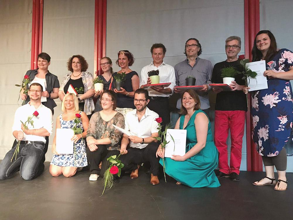 RWB Essen - Abschlussfeier der Fachschule Wirtschaft 2019 - Die Absolventinnen und Absolventen freuen sich mit ihren Lehrerinnen und Lehrern über die guten Noten.
