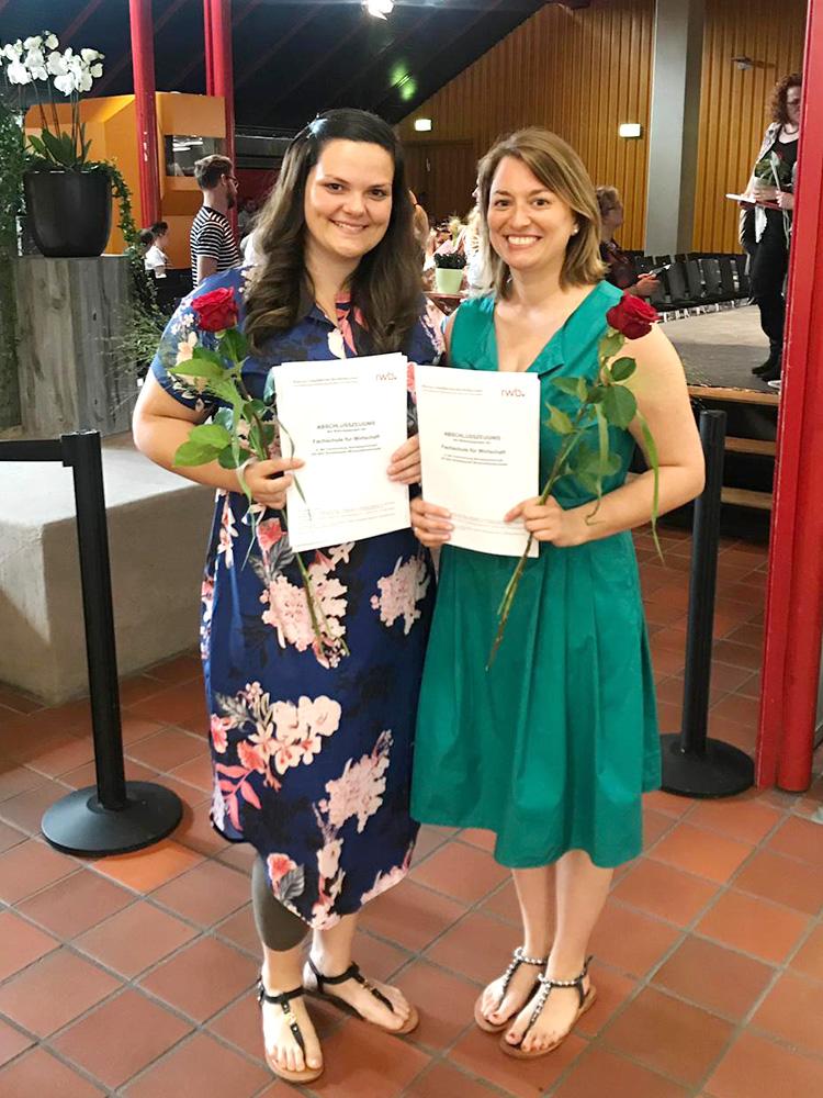 RWB Essen - Abschlussfeier der Fachschule Wirtschaft 2019 -  Zwei Absolventinnen zeigen stolz ihre Zeugnisse.