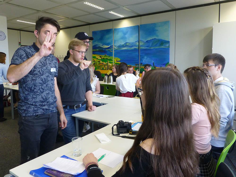 RWB Essen - Besuch aus Nischni Nowgorod - Die Gäste üben ihren Namen mit dem Fingeralphabet.