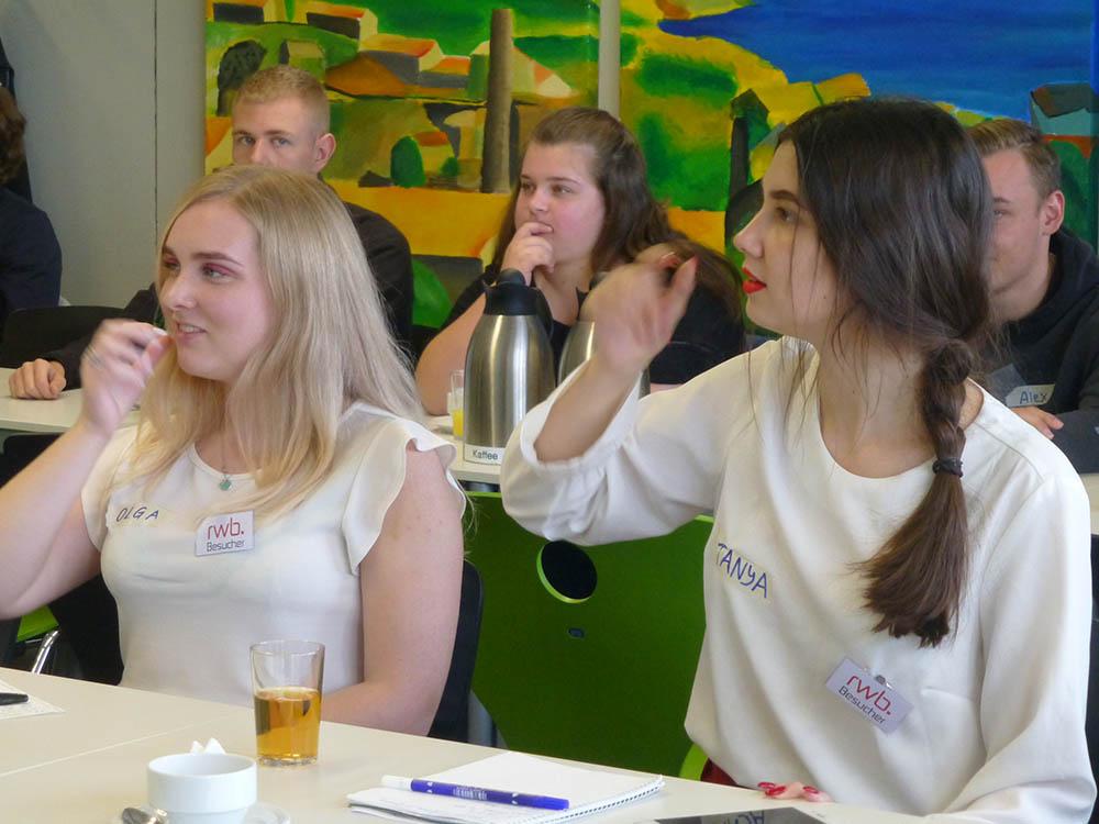 RWB Essen - Besuch aus Nischni Nowgorod - Die Gäste bekommen einen kleinen Gebärdenkurs.