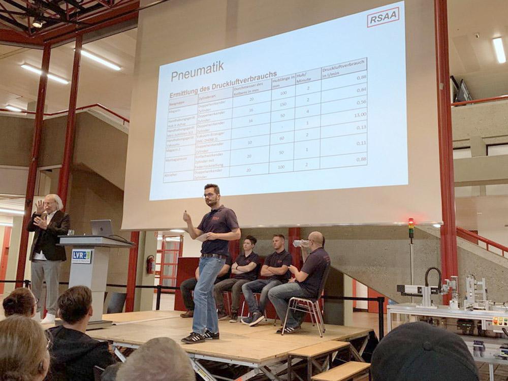 RWB Essen - Fachschule Automatisierungstechnik - Präsentation der Abschlussprojekte - Gruppe 1 - Ein Studierender erläutert die Daten als Grundlage für die Pneumatik.