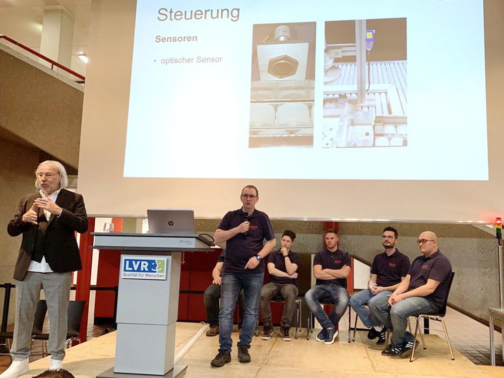 RWB Essen - Fachschule Automatisierungstechnik - Präsentation der Abschlussprojekte - Gruppe 1 - Ein Studierender stellt die Steuerung dar.