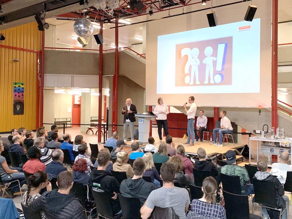 RWB Essen - Fachschule Automatisierungstechnik - Präsentation der Abschlussprojekte - Gruppe 2 - Ein Dialog der Teilnehmer führt in das Problem ein.