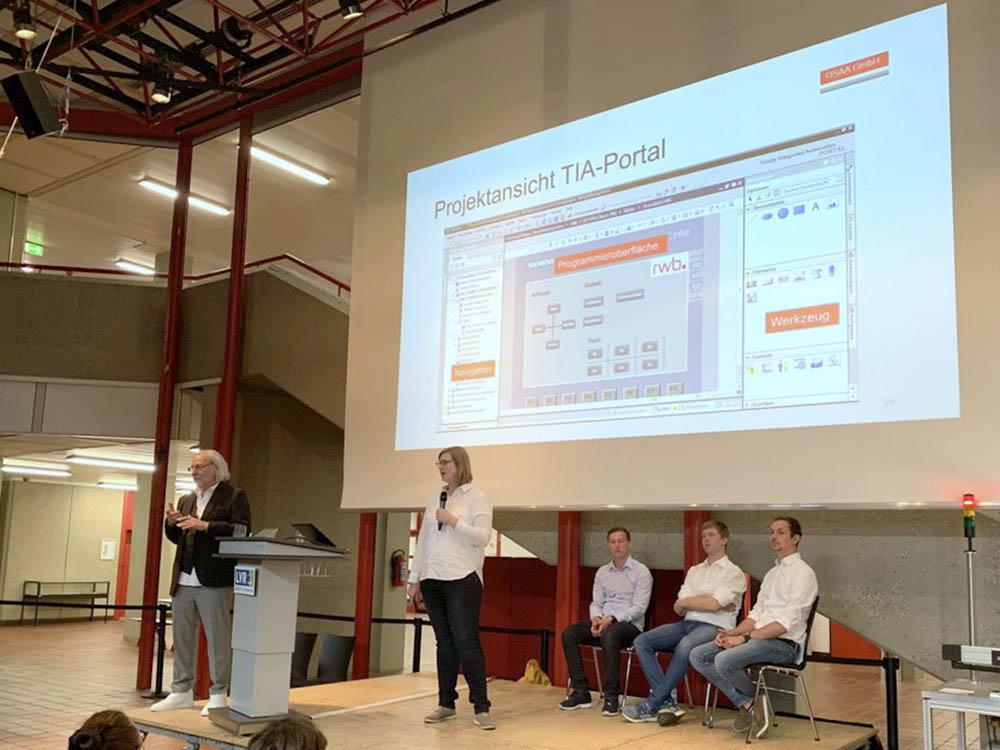 RWB Essen - Fachschule Automatisierungstechnik - Präsentation der Abschlussprojekte - Gruppe 2 - Eine Studierende erklärt die Entwicklungsumgebung für die Programmierung der Anlage.