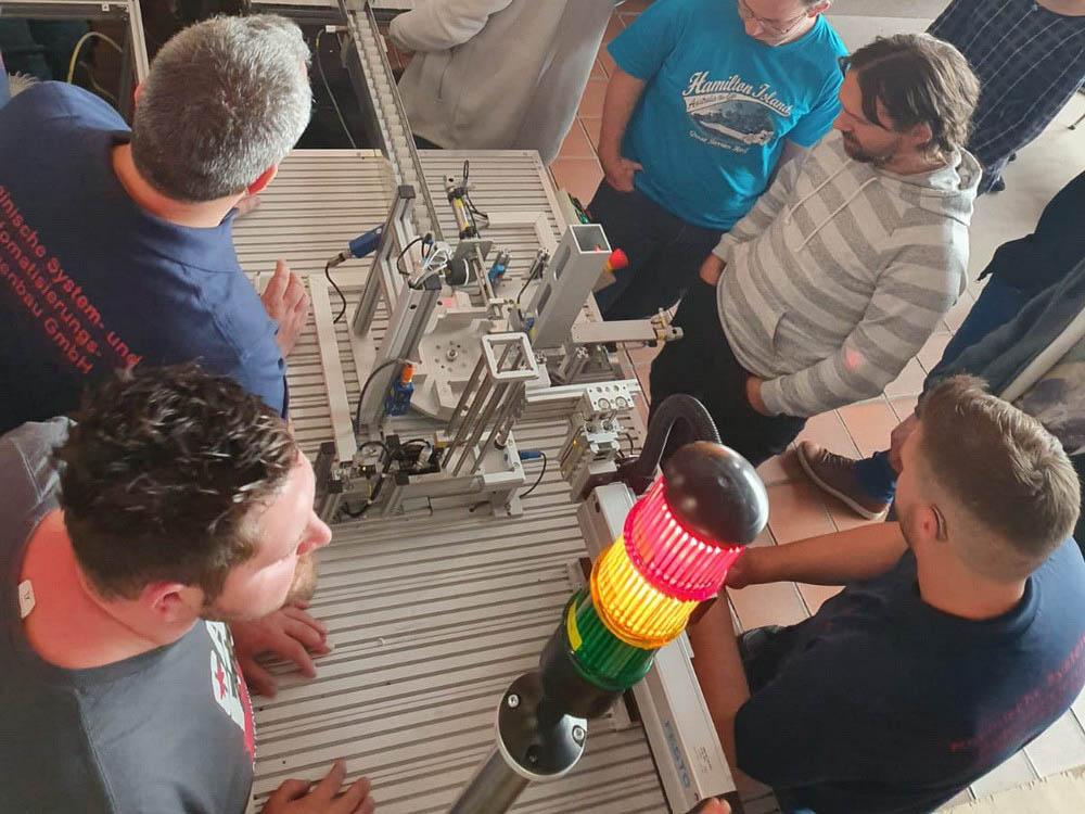 RWB Essen - Fachschule Automatisierungstechnik - Präsentation der Abschlussprojekte - Nach den beiden Präsentationen werden die Anlagen vorgeführt und weitere Details zur Funktionsweise der Anlagen erklärt.