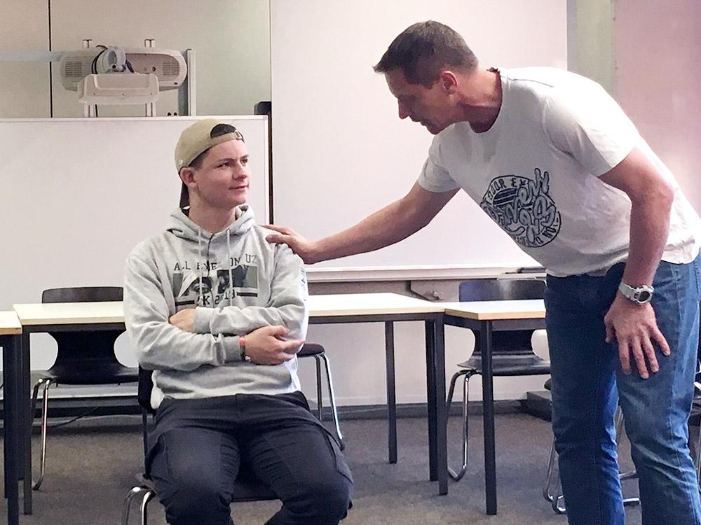 """RWB Essen- Schultour """"Leben retten – auch im Sport"""" -  Die Schülerinnen und Schüler üben das richtige Ansprechen einer verunfallten Person."""