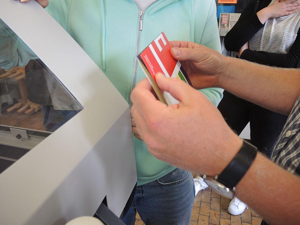RWB Essen - Schulkalender 2019/20 - Der Schulkalender wird mit der Falzmaschine gefalzt.