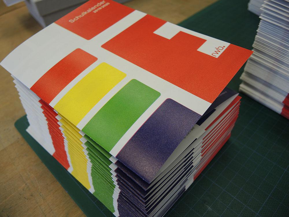 RWB Essen - Schulkalender 2019/20 - Der Schulkalender wird zu Bündeln verpackt.