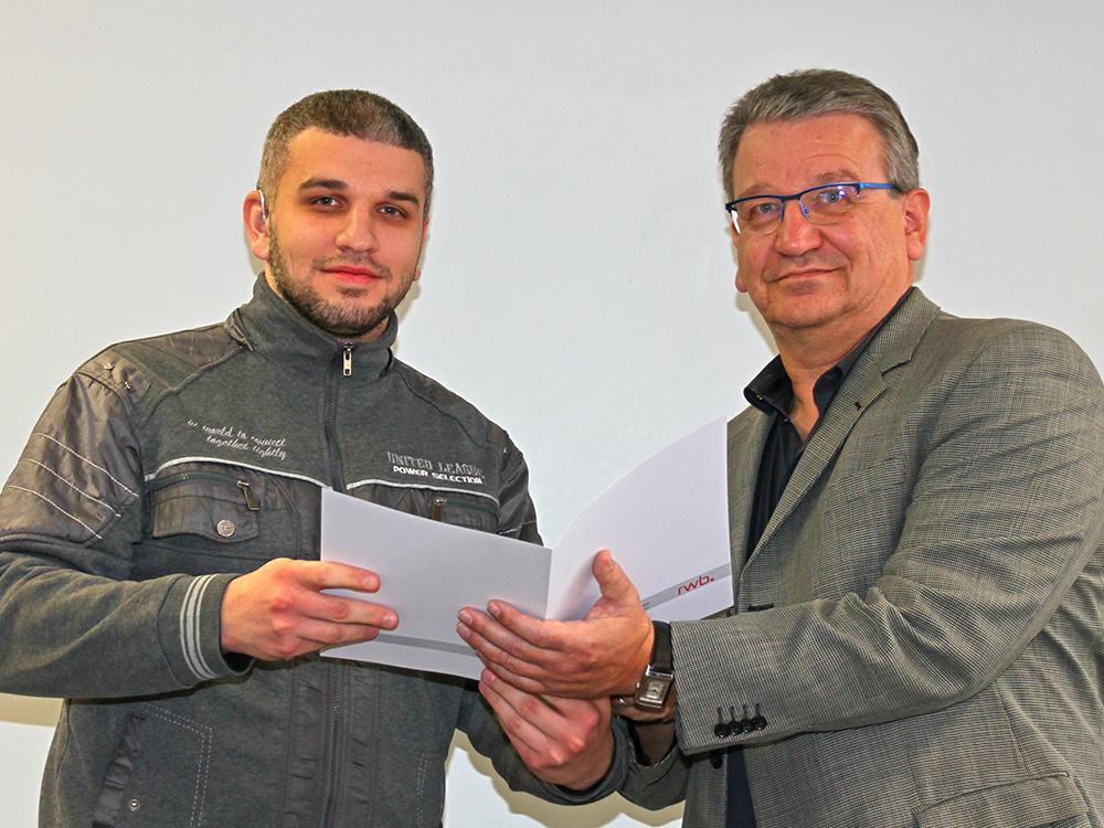 RWB Essen - Abschlussfeier der Abteilung Technik - 3,5 jährige Ausbildungsberufe - Amir Aljibouri erhält sein Abschlusszeugnis vom stellvertretenden Schulleiter Herrn Görgen.