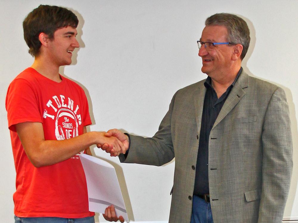 RWB Essen - Abschlussfeier der Abteilung Technik - 3,5 jährige Ausbildungsberufe - Christian Heinrich erhält sein Abschlusszeugnis vom stellvertretenden Schulleiter Herrn Görgen.