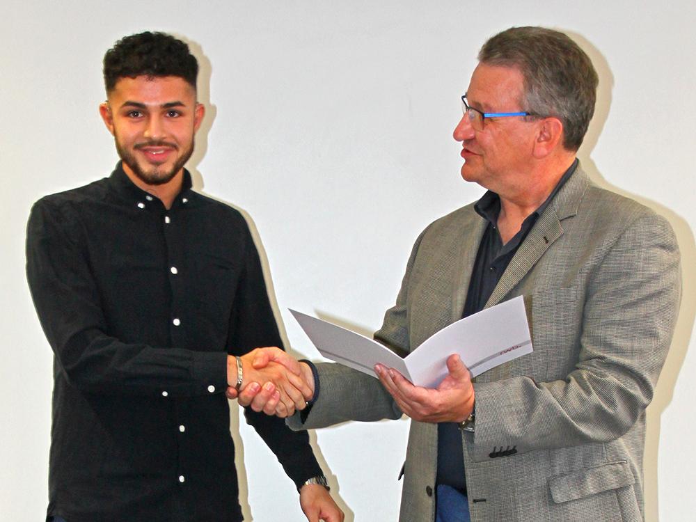 RWB Essen - Abschlussfeier der Abteilung Technik - 3,5 jährige Ausbildungsberufe - Firat Erdogan erhält sein Abschlusszeugnis vom stellvertretenden Schulleiter Herrn Görgen.