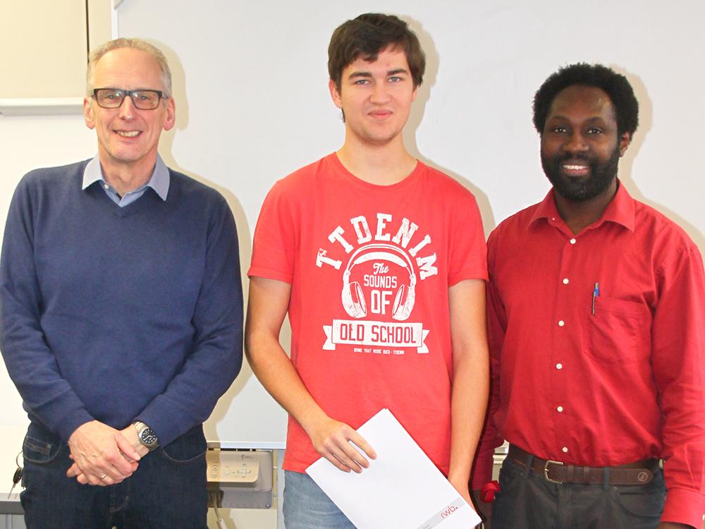RWB Essen - Abschlussfeier der Abteilung Technik - 3,5 jährige Ausbildungsberufe - Christian Heinrich zusammen mit seinen Lehrern Herrn Ackermann und Herrn Pangou