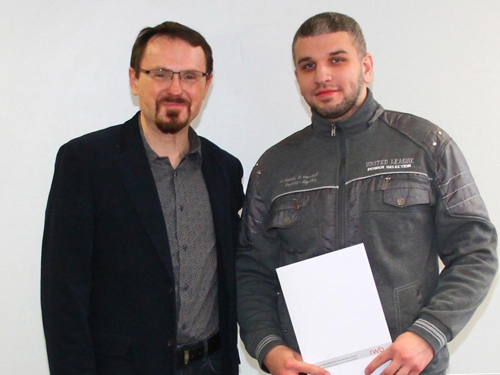 RWB Essen - Abschlussfeier der Abteilung Technik - 3,5 jährige Ausbildungsberufe - Amir Aljibouri zusammen mit seinem Klassenlehrer Herrn Cnota