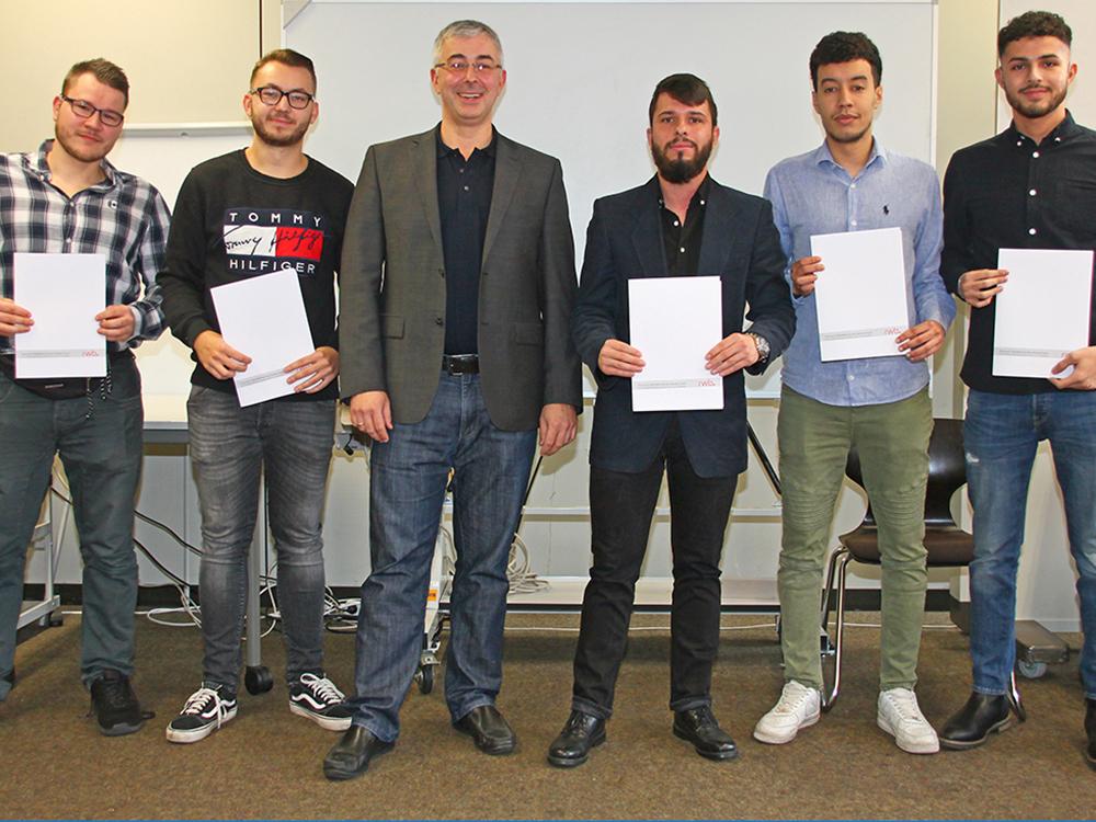 RWB Essen - Abschlussfeier der Abteilung Technik - 3,5 jährige Ausbildungsberufe -  Gruppenbild der Absolventen mit ihrem Klassenlehrer Herrn Strasser