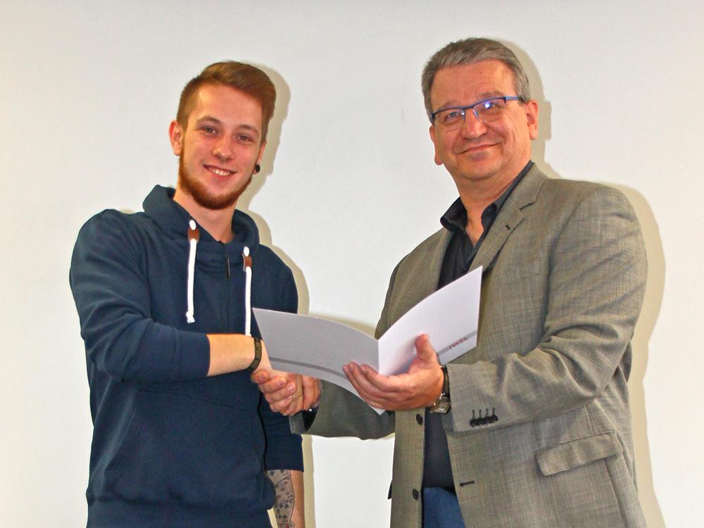 RWB Essen - Abschlussfeier der Abteilung Technik - 3,5 jährige Ausbildungsberufe - Lukas Schneider erhält sein Abschlusszeugnis vom stellvertretenden Schulleiter Herrn Görgen.