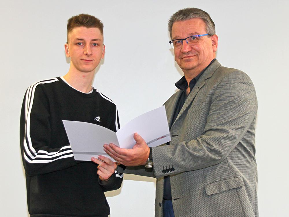 RWB Essen - Abschlussfeier der Abteilung Technik - 3,5 jährige Ausbildungsberufe - Marvin Hebenstreit erhält sein Abschlusszeugnis vom stellvertretenden Schulleiter Herrn Görgen.
