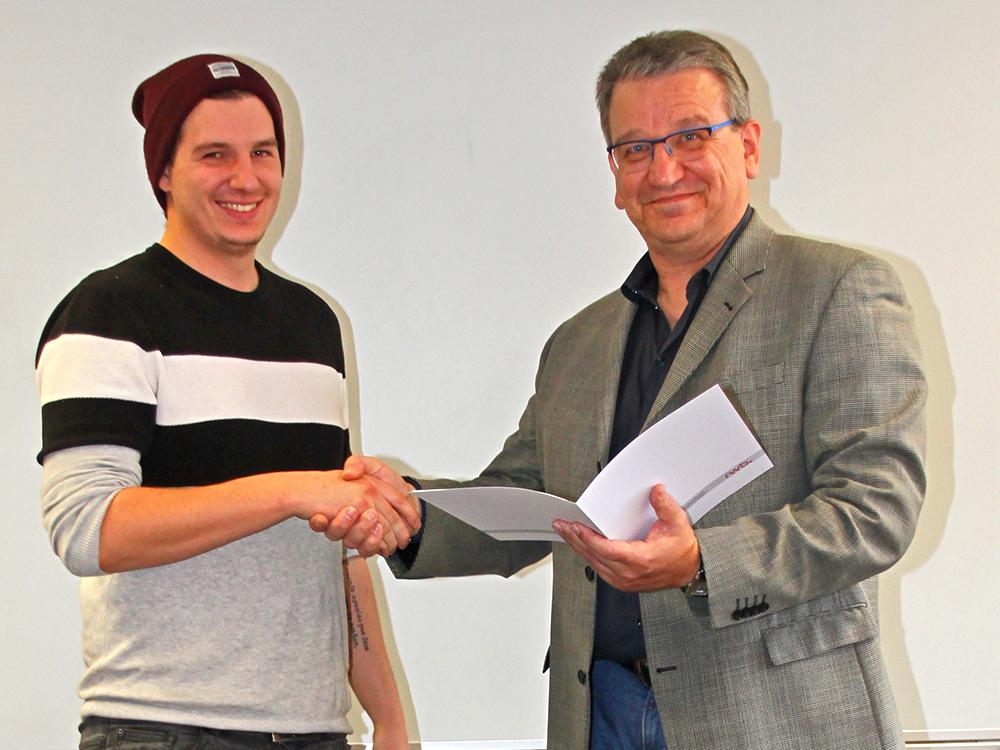 RWB Essen - Abschlussfeier der Abteilung Technik - 3,5 jährige Ausbildungsberufe - Maximilian Mack erhält sein Abschlusszeugnis vom stellvertretenden Schulleiter Herrn Görgen.