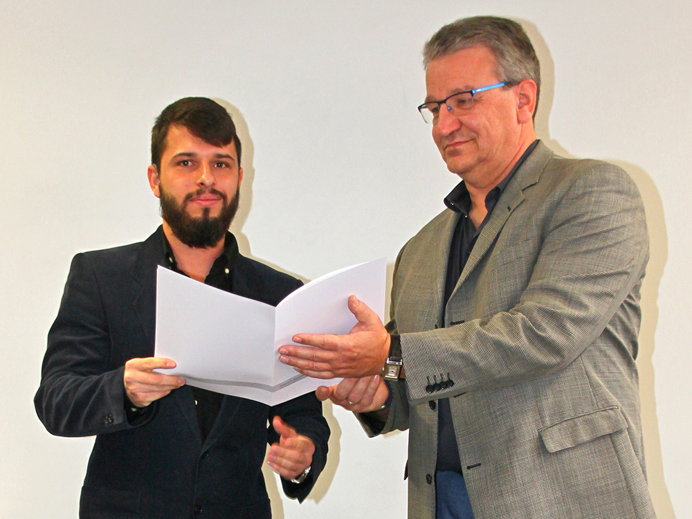 RWB Essen - Abschlussfeier der Abteilung Technik - 3,5 jährige Ausbildungsberufe - Ricardo Hoheisel erhält sein Abschlusszeugnis vom stellvertretenden Schulleiter Herrn Görgen.