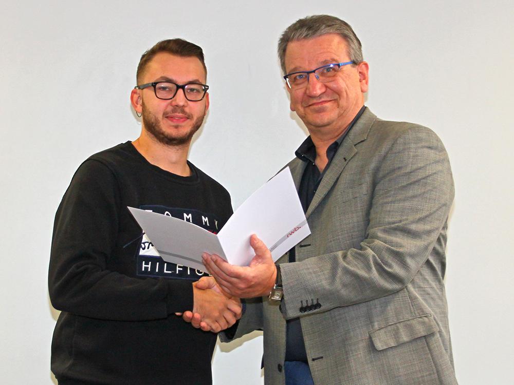 RWB Essen - Abschlussfeier der Abteilung Technik - 3,5 jährige Ausbildungsberufe - Robin Wossning erhält sein Abschlusszeugnis vom stellvertretenden Schulleiter Herrn Görgen.