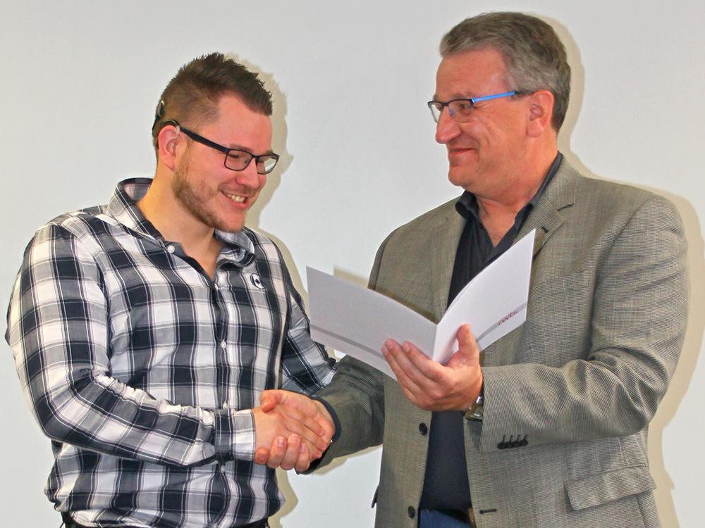 RWB Essen - Abschlussfeier der Abteilung Technik - 3,5 jährige Ausbildungsberufe - Tim Körner erhält sein Abschlusszeugnis vom stellvertretenden Schulleiter Herrn Görgen.
