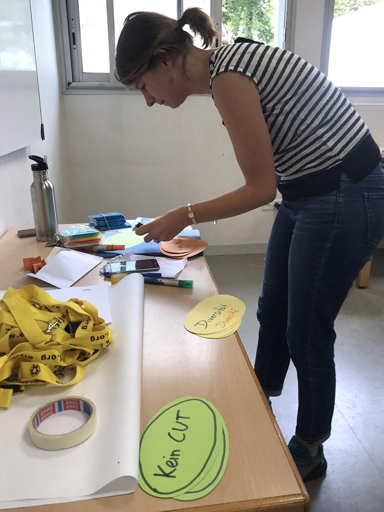 RWB Essen - Studienfahrt nach Toulouse 2019 - Tag 1 - Teamerin Inka bei den Vorbereitungen