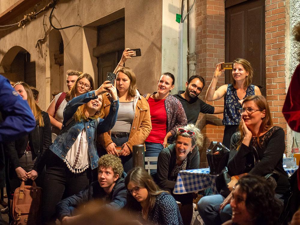 RWB Essen - Studienfahrt nach Toulouse 2019 - Tag 3 - Deaf Battle - Die Zuschauerinnen und Zuschauer sind begeistert.