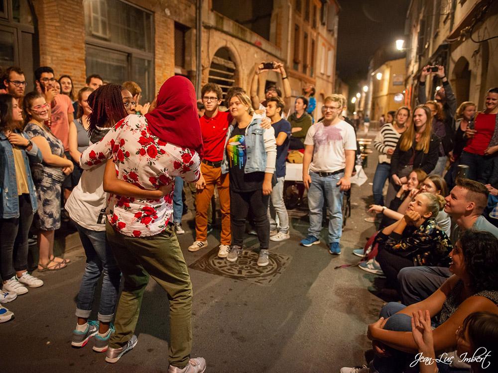 RWB Essen - Studienfahrt nach Toulouse 2019 - Tag 3 - Deaf Battle - Zwei Schülerinnen trauen sich.