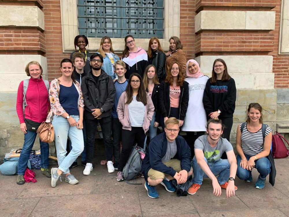 RWB Essen - Studienfahrt nach Toulouse 2019 - Tag 3 - Gruppenfoto der Schülerinnen und Schüler mit ihren Lehrerinnen