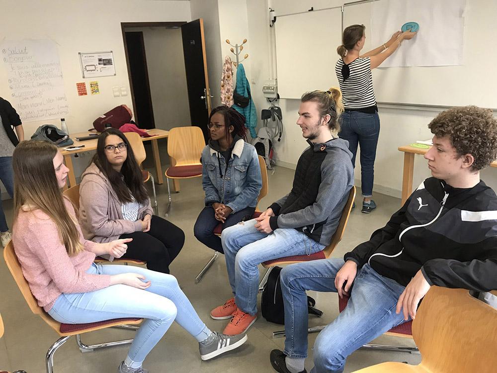 RWB Essen - Studienfahrt nach Toulouse 2019 - Tag 3 - Die Schülerinnen und Schüler tauschen sich über ihre Erlebnisse aus.