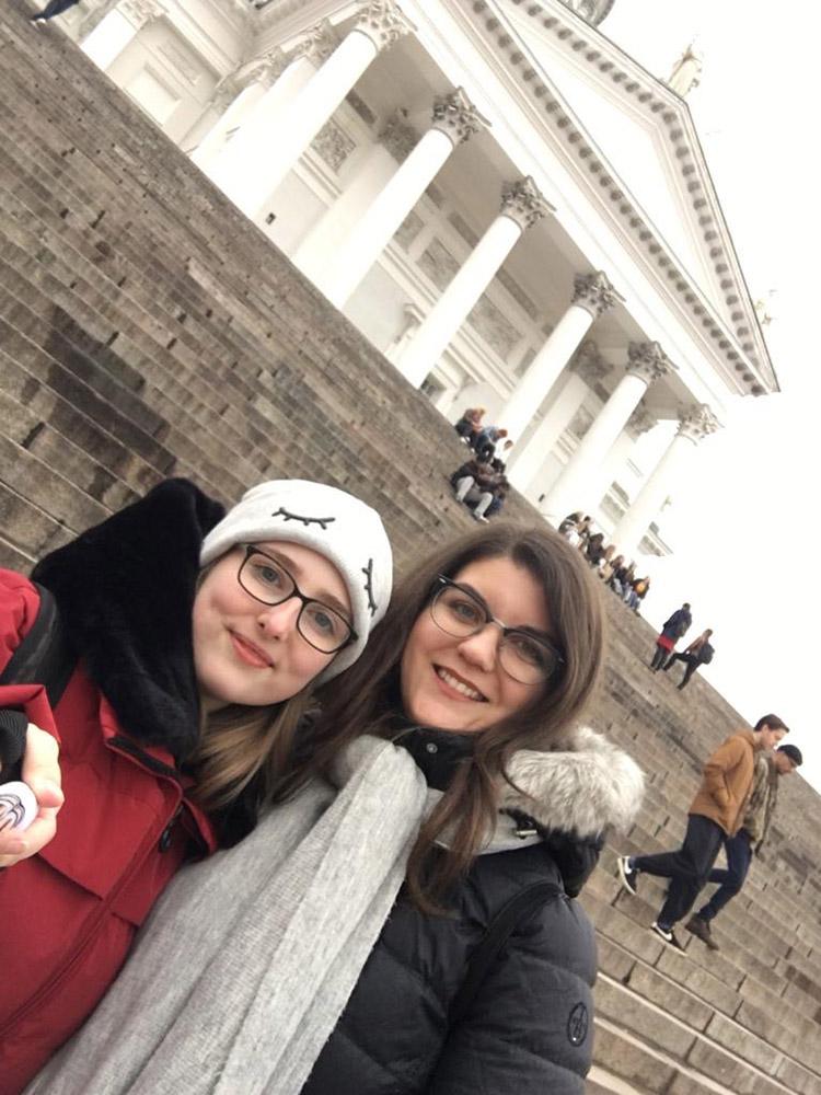 RWB Essen - Auslandspraktikum in Finnland 2019 - Stadtbummel in Helsinki - Johanna und Leila stehen vor dem Dom.