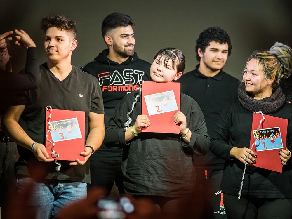RWB Essen - Deaf Slam 6 - Gruppenbild mit den drei Gewinnern im Vordergrund