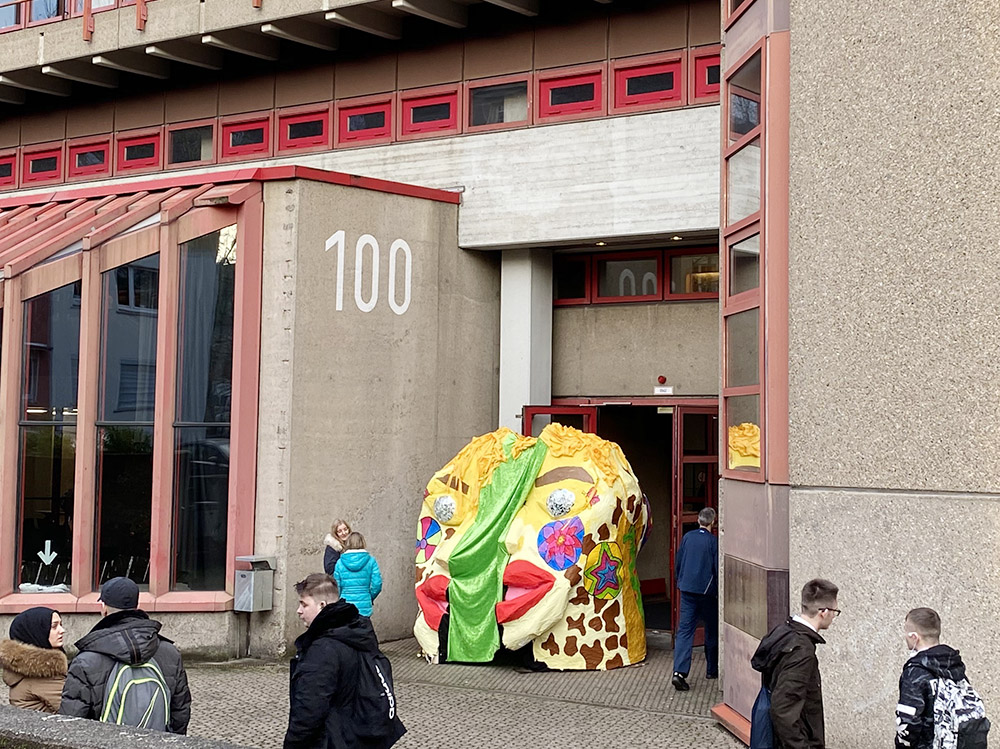 """RWB Essen - Kunstaktion """"Gedankenwelt"""" - Der Kopf wird vor den Haupteingang des RWB aufgestellt."""