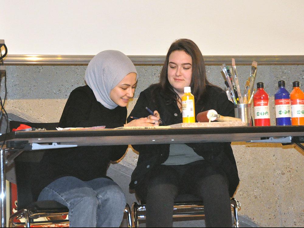 RWB Essen - Kunstauktion 2019 - Zwei Schülerinnen notieren die Käufer.