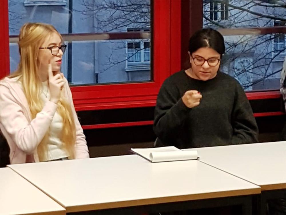 RWB Essen - Begegnung und Erfahrungsaustausch im Sozialwesen - Die Schülerinnen und Schüler üben gemeinsam ein Kinderlied in Gebärden