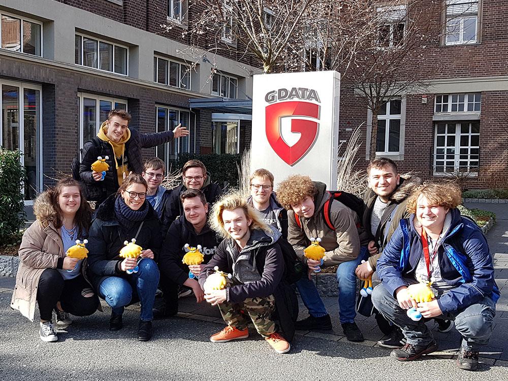 RWB Essen - Exkursion zu G Data - Ein Gruppenfoto aller Teilnehmerinnen und Teilnehmer mit Viri vor dem Firmengebäude