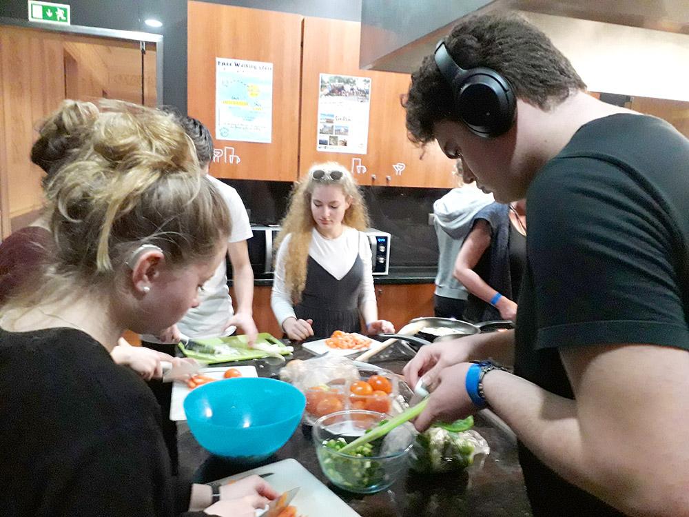 RWB Essen - Studienfahrt nach Lissabon 2020 - Gemeinsames Kochen im Hostel