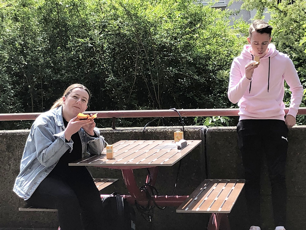 RWB Essen - Verabschiedung der Auszubildenden im Bereich Medien/Druck 2020 - Die Sonne lacht - Gute Stimmung trotz Abstandsregel