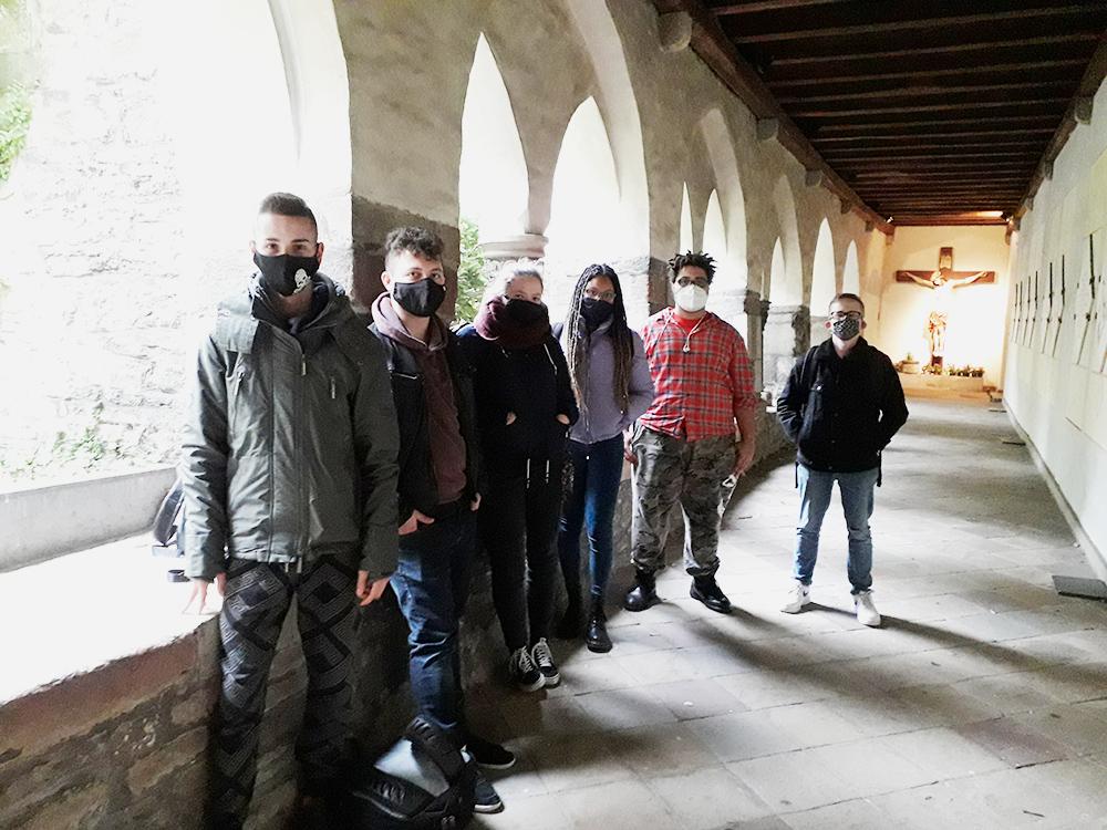RWB Essen - Besuch des Essener Doms - Klassenfoto der HAE 2-2 unter Beachtung der Hygieneregeln